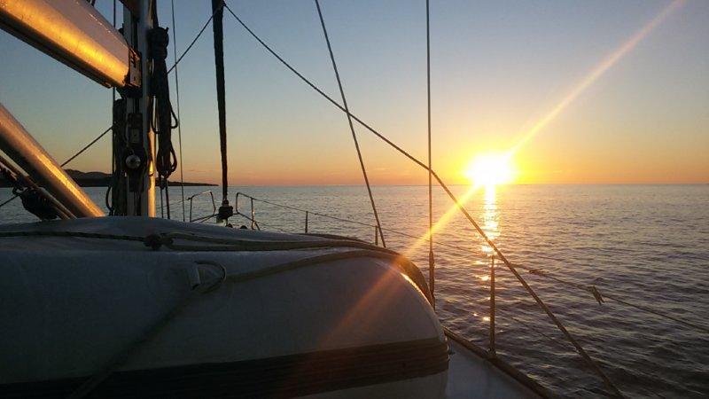 рассвет на парусной яхте (1)