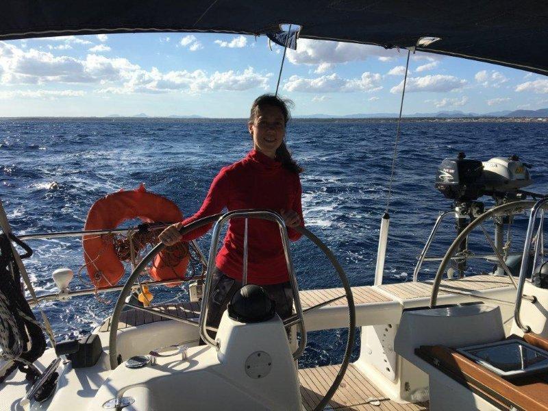 девушки на парусной яхте (2)