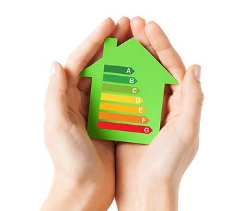 huis met energielabels in handen