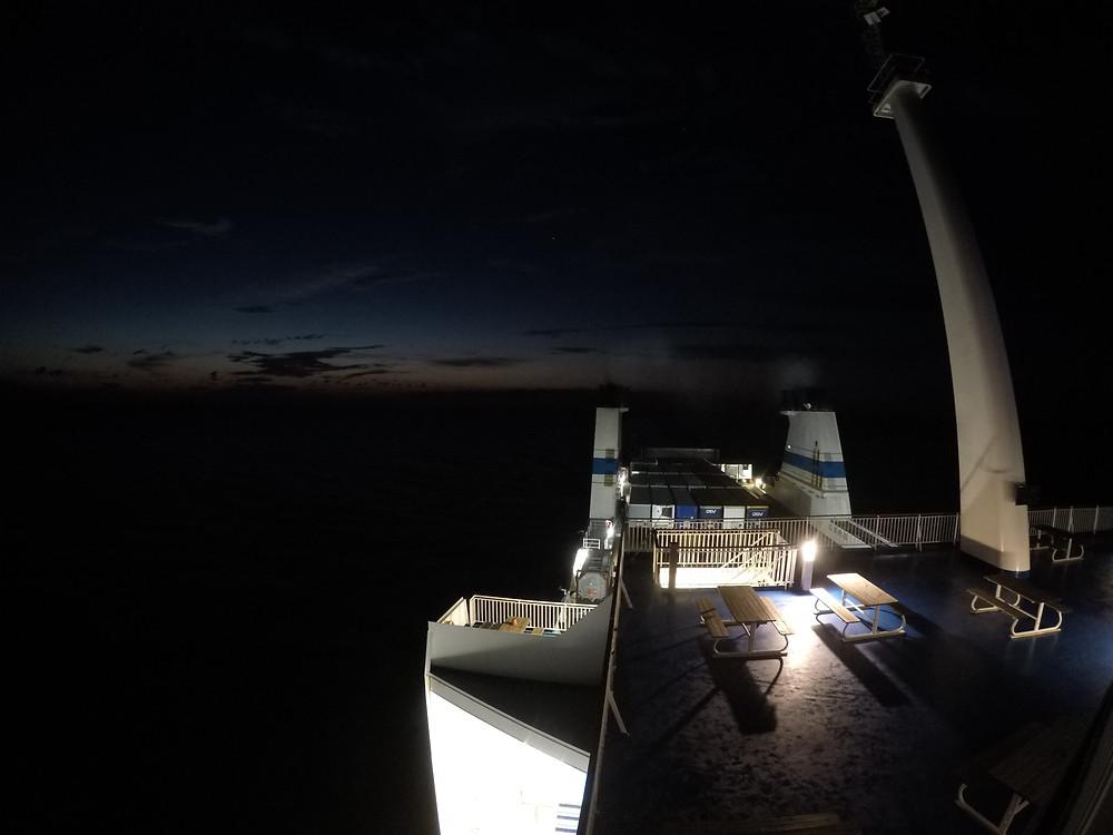 Näkymä laivan kannelta yöllä