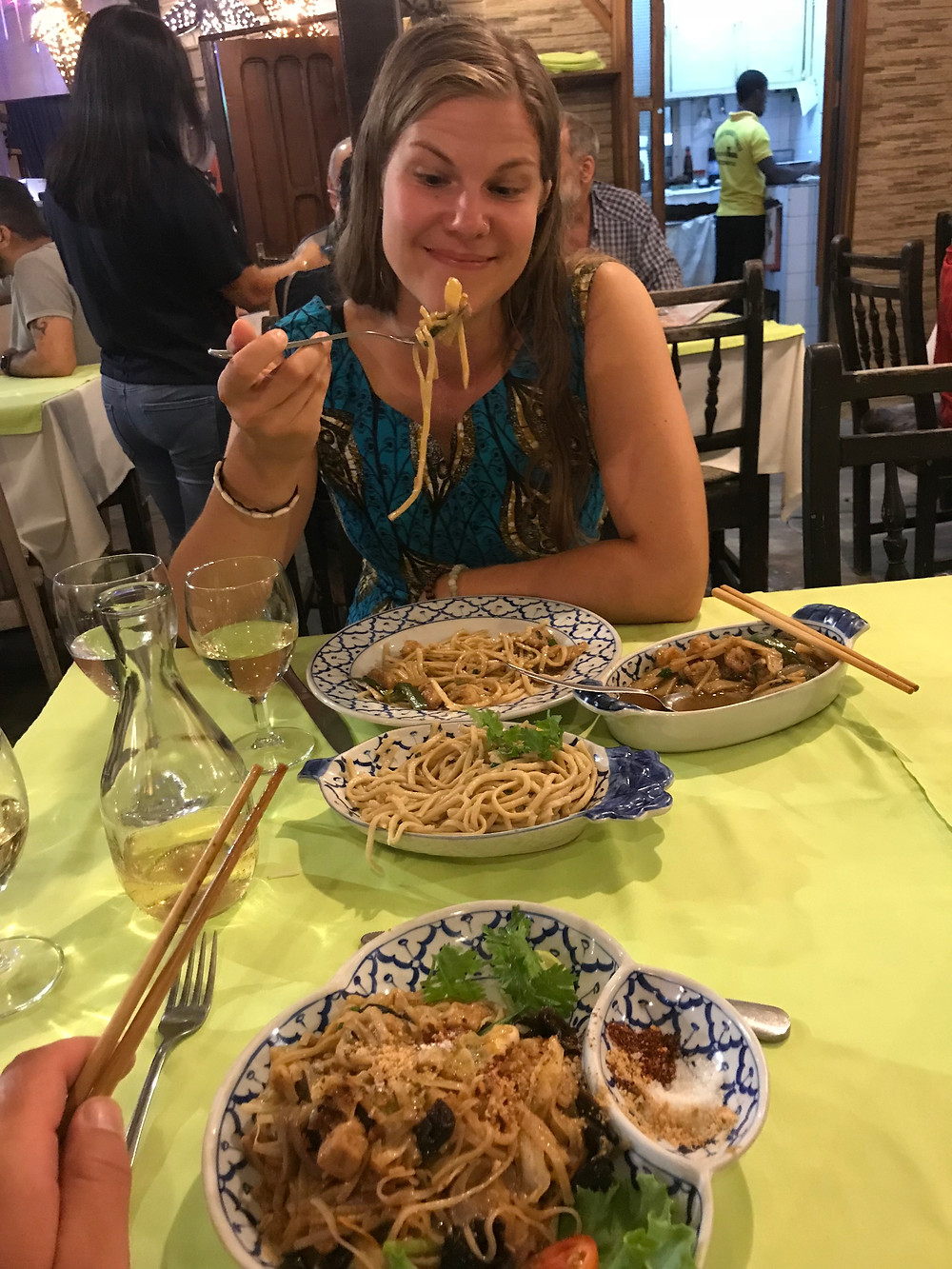 """Katja """"Nuudelihuuli"""" Kärki Thai-ruokalassa"""