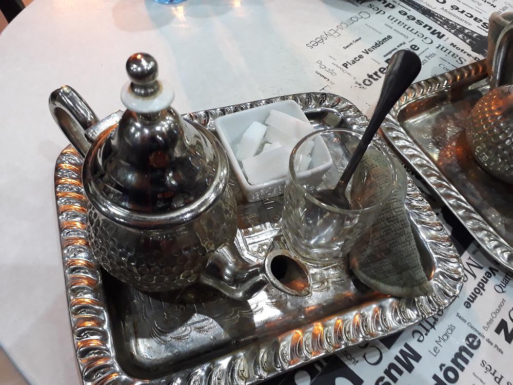 Tyypillinen teetarjoilu