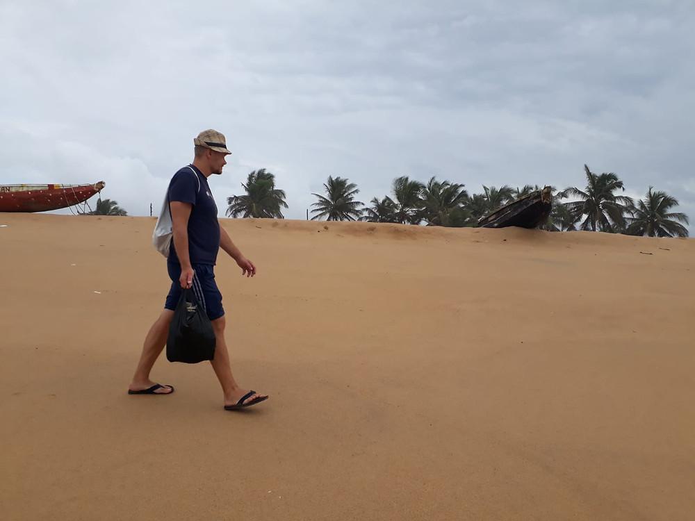 Matti rannalla roskienkeruulla