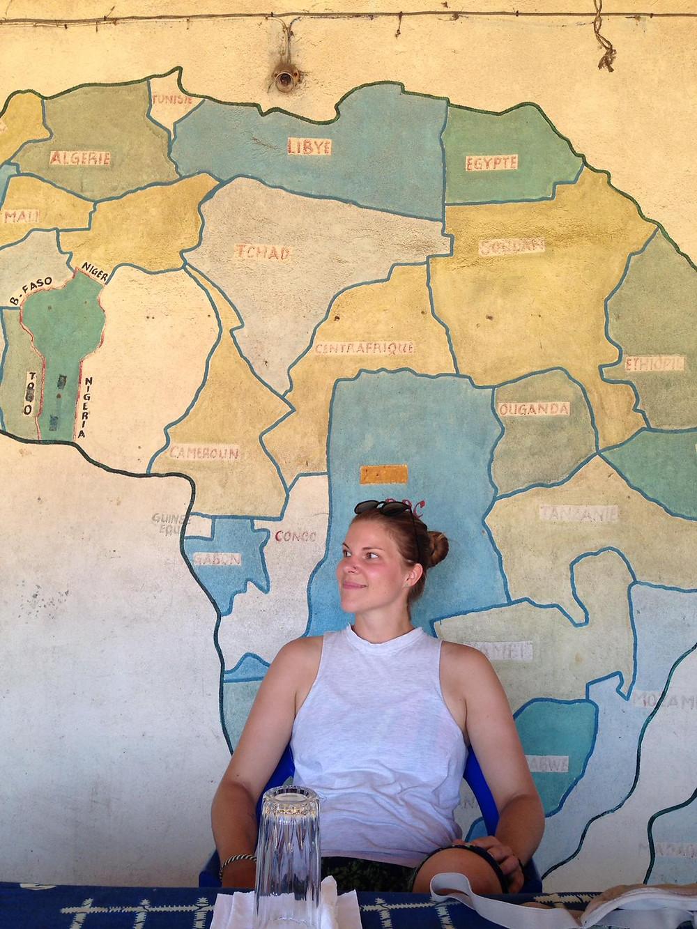 Valkoinen nainen Afrikassa (kuva: Jenny Mansikkasalo)