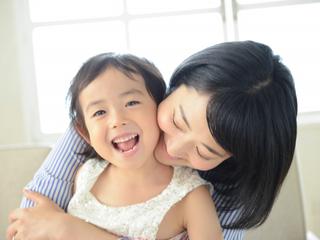 子どもの心と体を育むハグの効果とは?