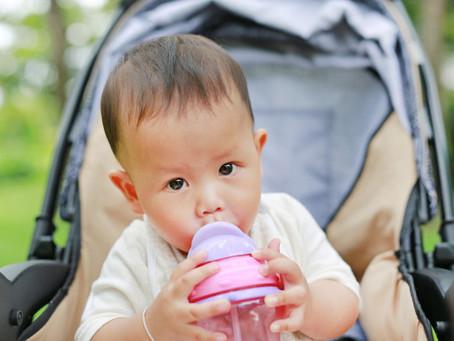 該如何幫嬰幼兒挑選兒童水杯?鴨嘴杯、吸管杯、直飲杯,原來可以這樣分階段提供!