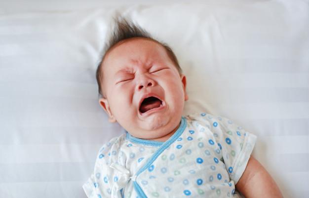 寶寶哭鬧要立刻安撫嗎?米加老師建議先觀察寶寶哭鬧的原因再決定處理或回應方式。