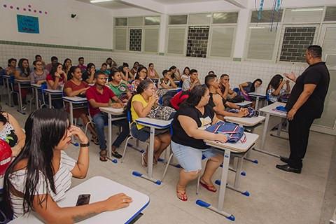 A educação de jovens e adultos na BNCC: uma análise crítica