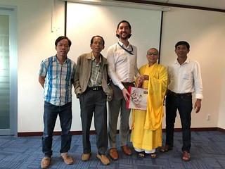 [Phật giáo] Thượng tọa Thích Vĩnh Phước và Phật tử của GHPGVNTN gặp Tùy viên Lãnh sự quán Hoa Kỳ