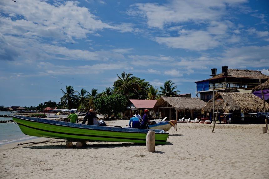 Strandleven in vissersdorp Rincon del Mar, Colombia, San Onofre