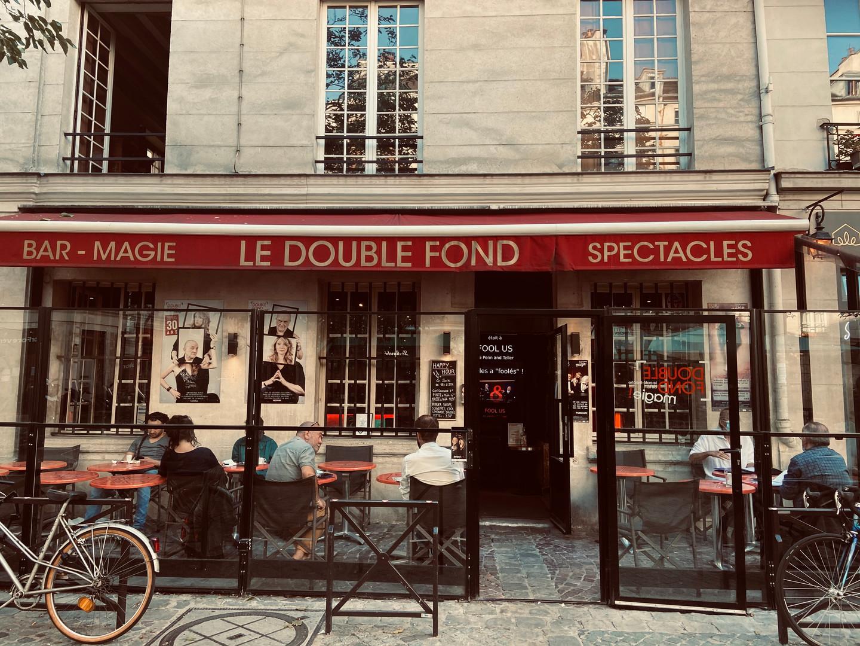 Quartier du Marais à Paris, qui compte plusieurs établissements en lien avec la magie (un cabaret et une académie!)