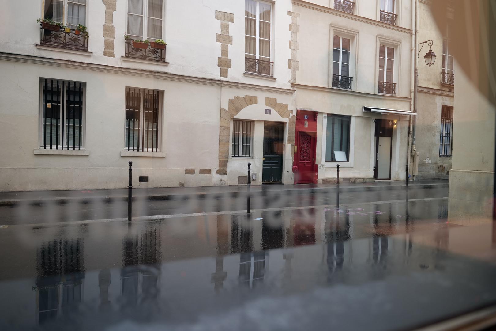 Rue Charles V, vue depuis une salle située au RDC du CRI