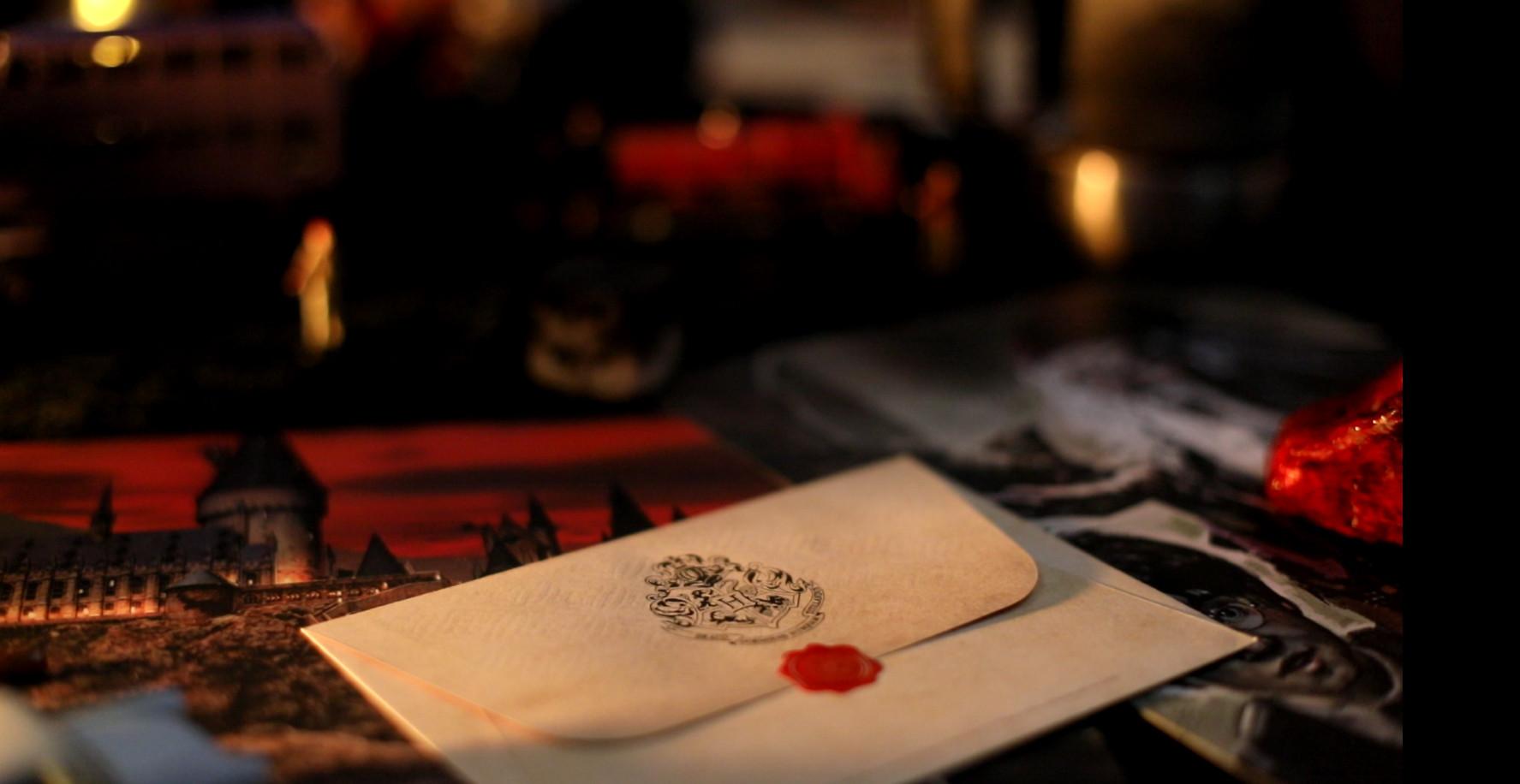 Décoration pottérienne (les enveloppes cachetées contenaient des propositions faites par François Taddei pour améliorer le monde!)