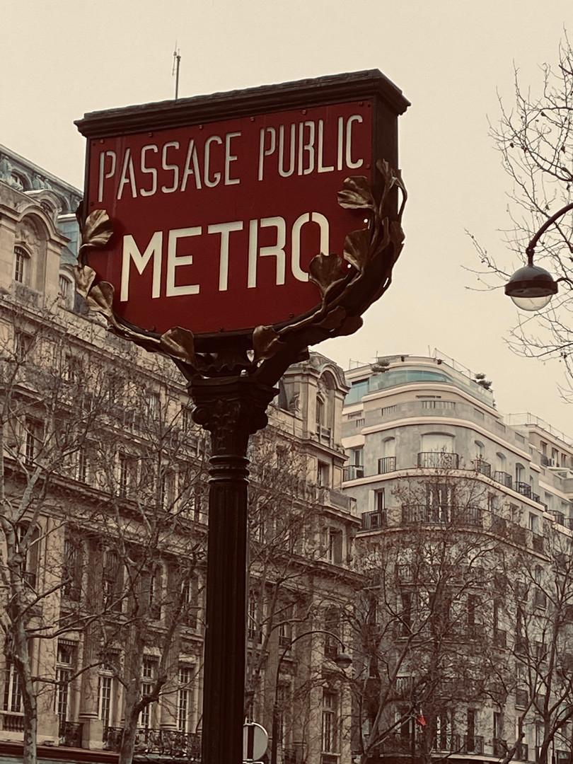 Malgré le (lourd) matériel, nous avons pris le métro pour nous rendre au Quartier du Marais!