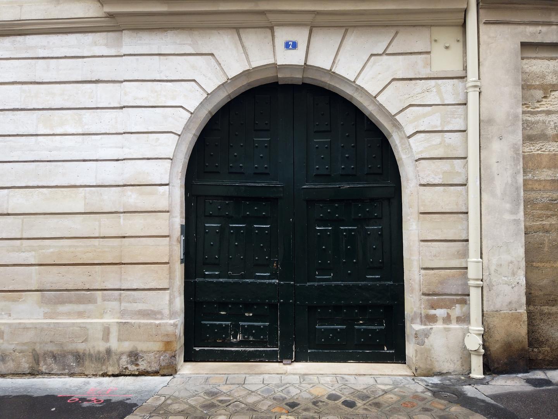 Rue Charles V, réputée pour la beauté de ses portes cochères