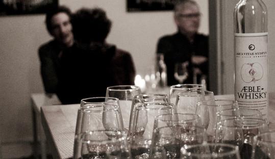 Fotoserie fra Gæstebud hos Kunstbryggeriet Far & Søn. Gæstebuddet bestod af en 12-retters menu med omdrejningspunkt i årstidens råvarer og lokale producenter, samt en menu parret med øl fra Far & Søns eget bryggeri.