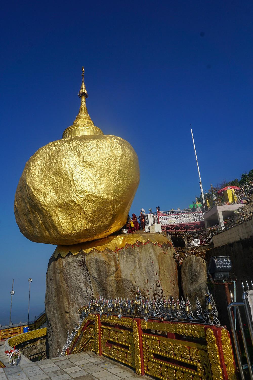 Liburan ke Myanmar: Kyaiktiyo Pagoda (Golden Rock) (c) Desi Triaryanawati