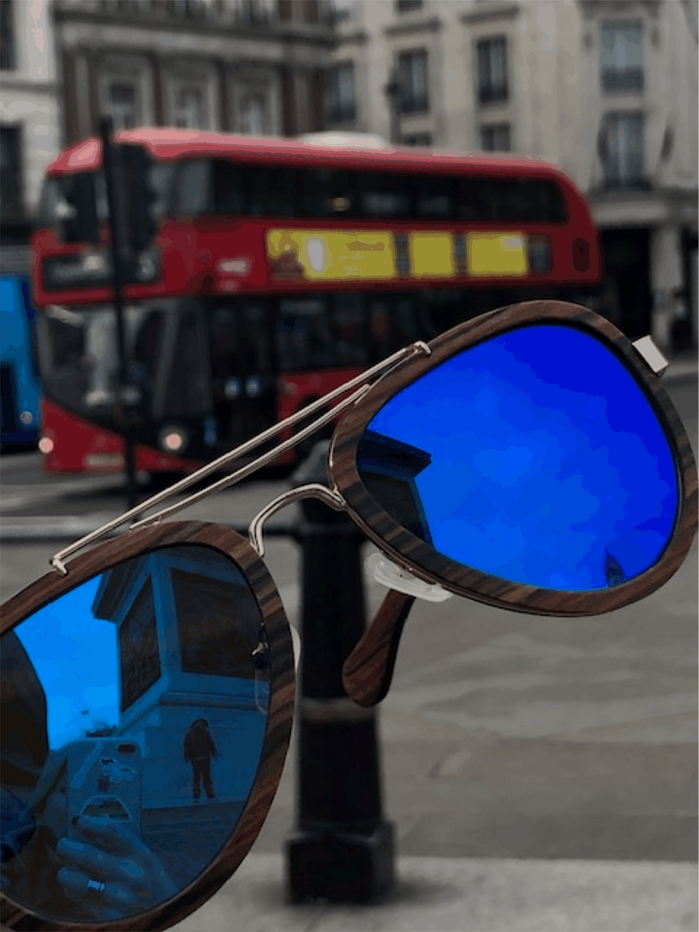 Tα γυαλιά Milos στο Λονδίνο με φόντο το κόκκινο λεωφορείο