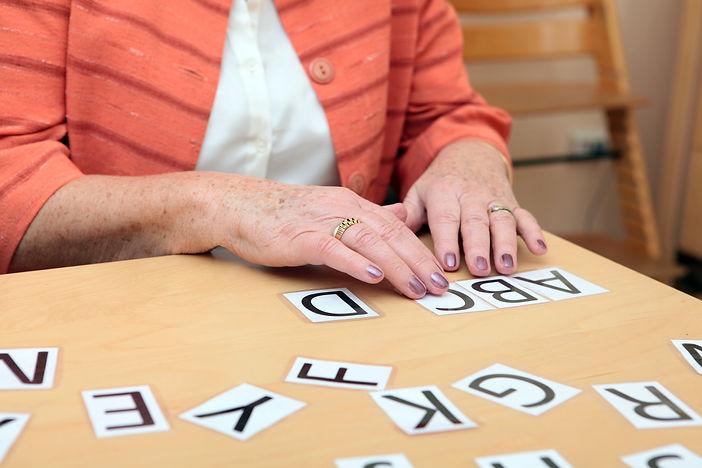 Übung bei der Logopädie mit Seniorin