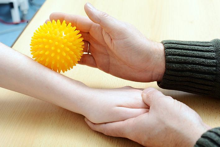 Igelball Übung bei der Ergotherapie in Gödenroth