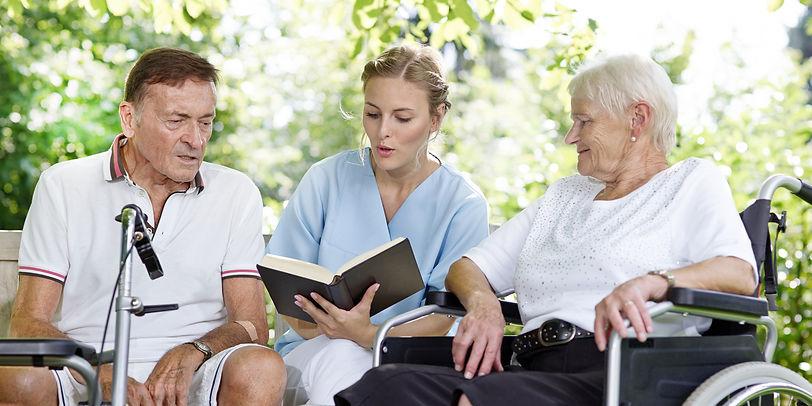 Unterhaltung in der Tagespflege mit einer Pflegerin