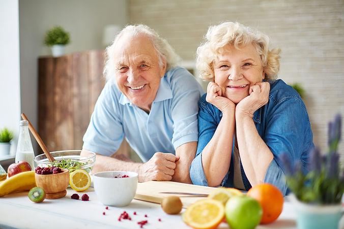 Senioren bei der täglichen Beschäftigung. Hier beim kochen in Gödenroth