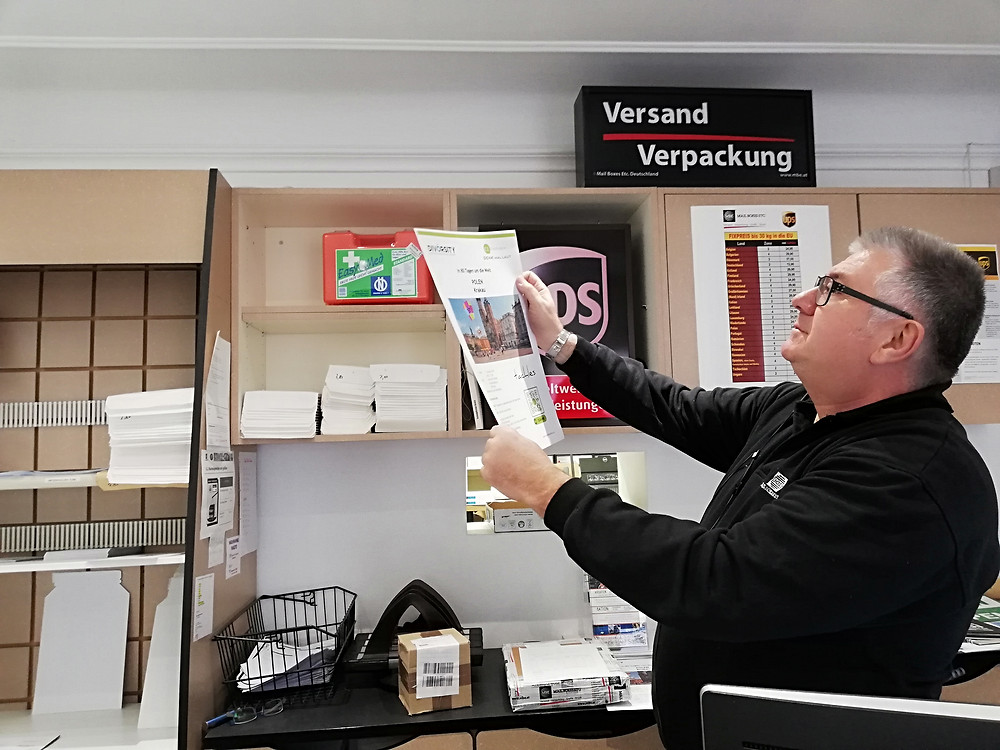 Daniel Deutsch prüft Druck, Mail Boxes Etc, 1020