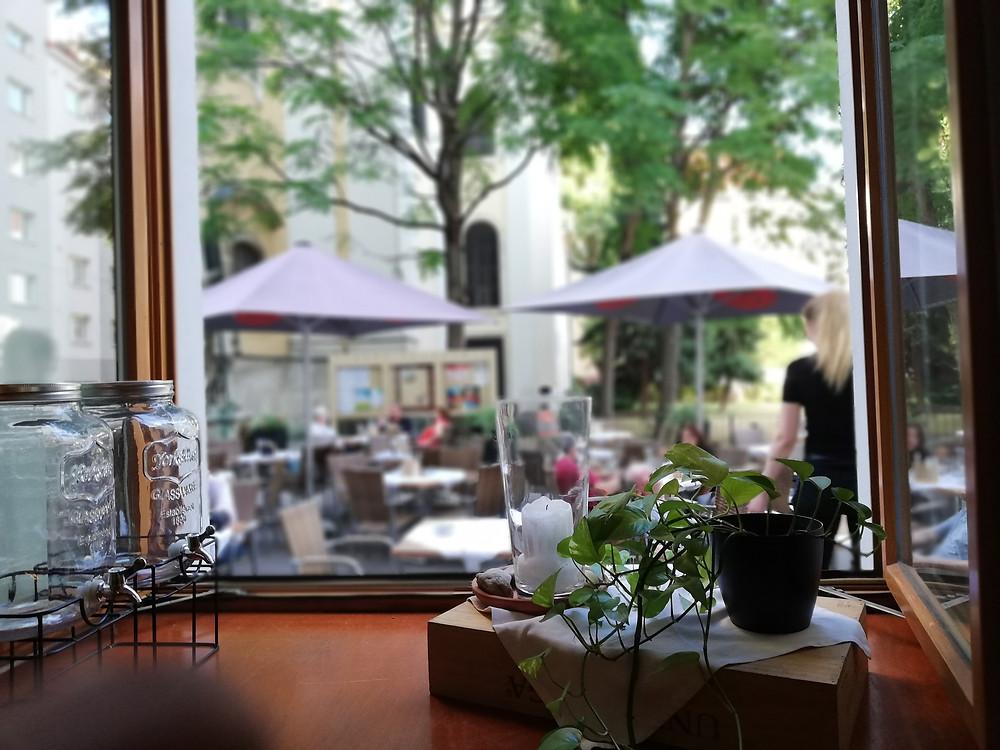 Leopold Essen & Trinken, 1020, Blick in den Schanigarten
