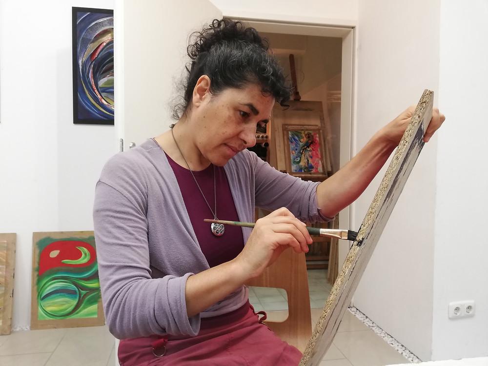 Gonca Warhanek beim Malen