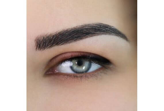Correction des sourcils et contour d'œil