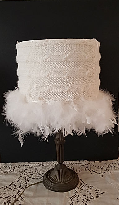 abat-jour blanc avec plumes.jpg