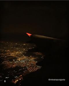 Vista do avião à noite