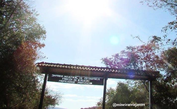 Entrada de Biribiri com a antiga placa da Fábrica