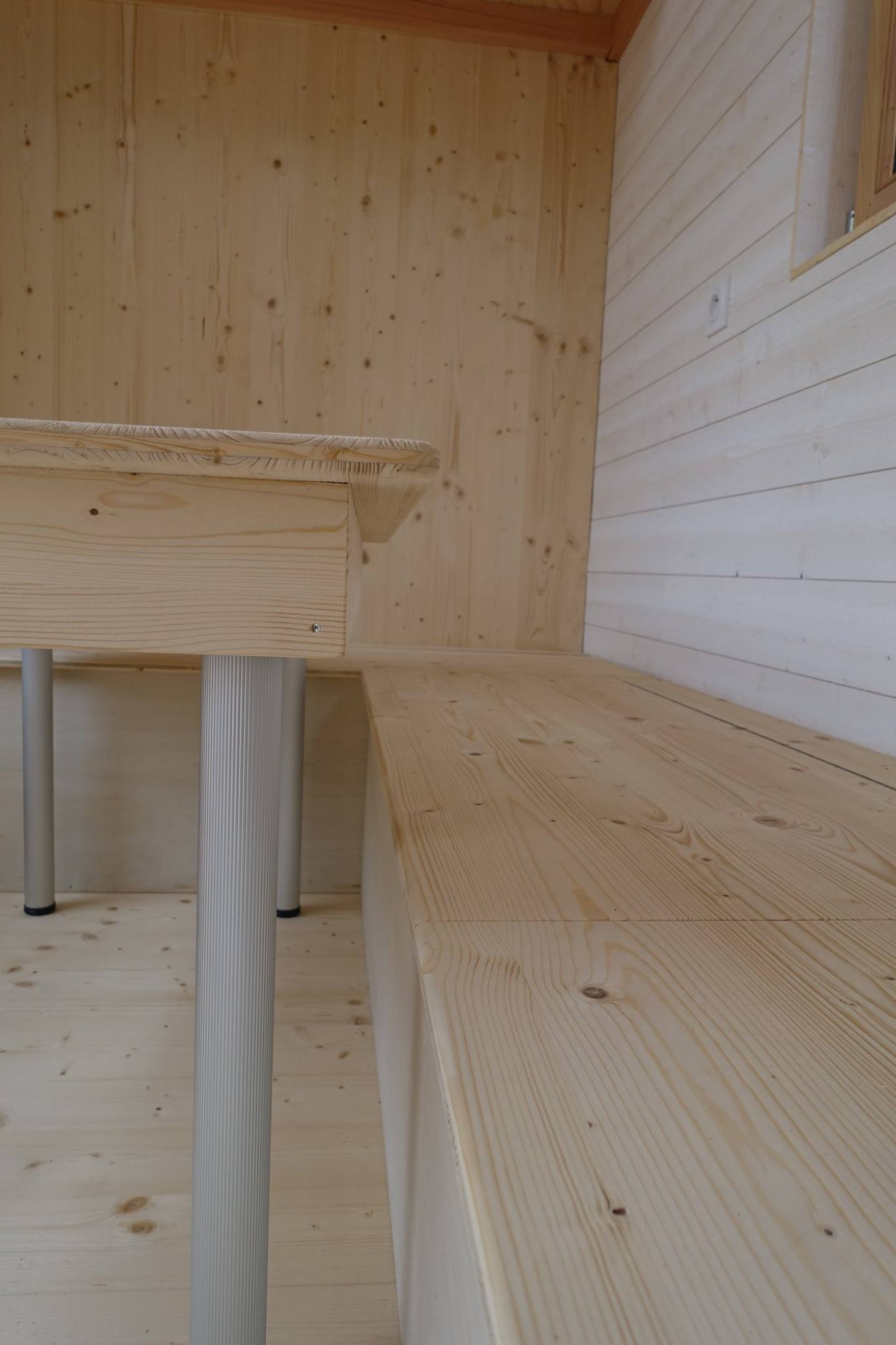 Tiny house les cabanes de Sarah dessous table et dessus banquette