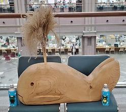 市のクジラの模型とボトル