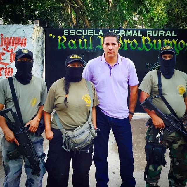 Policías comunitarios armados de #Tixtla dan apoyo a estudiantes de la normal Raúl Isidro Burgos cen
