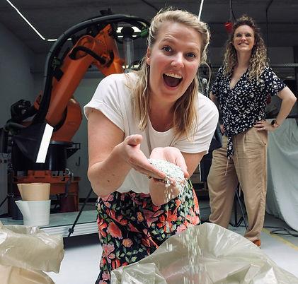Lisanne Besselink en Charlotte Landman met versnipperde festivalmunten van Dutchband bij ShapeService.