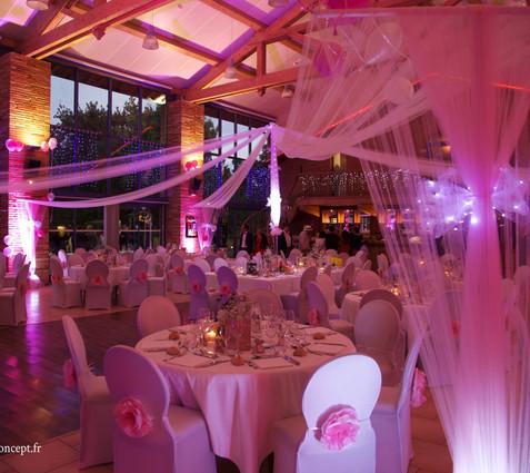 Drapés blancs et mats roses avec éclairage intégré