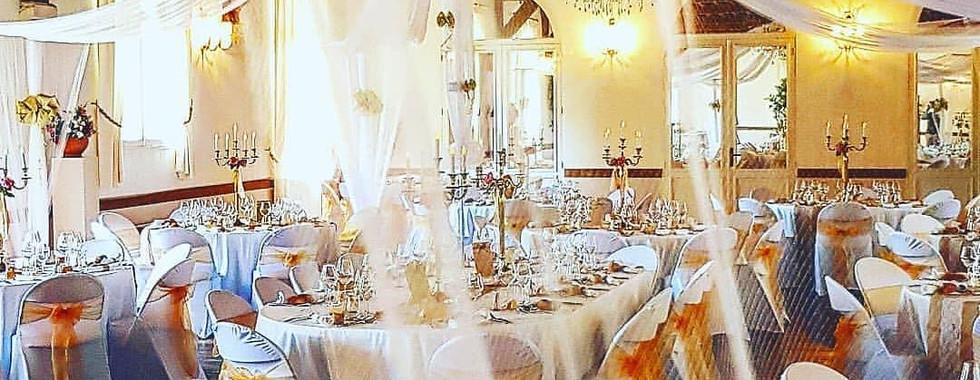 Notre gloriette et nos housses de chaise couleur blanc et or