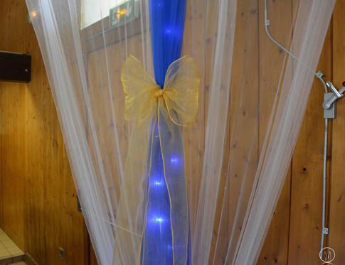 Habillage bleu roi avec son noeud organza or