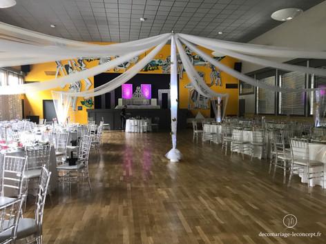Gloriette de drapés avec mât central long dans la salle des fêtes de l'écho du jaillet, route de cordon 74700