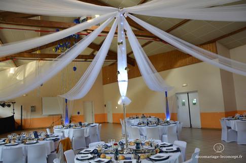 Mât central court posé sur la table d'honneur des mariés.