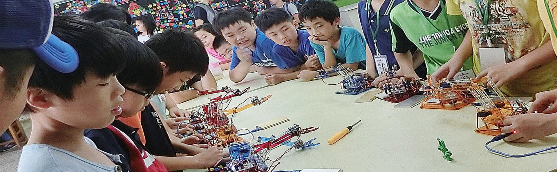參加夏令營的孩子個個專注地聽著比賽號令的發聲