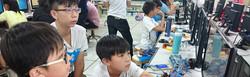 參加第二階段機器人程式設計課程的學生專注的學習