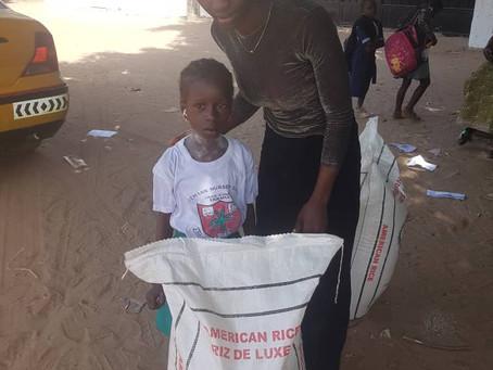 Kindjes gelukkig met hun rijst geschonken door de sponsorouders.