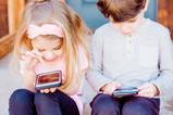 孩子總是黏螢幕,該怎麼辦?十個原則協助父母正向教養