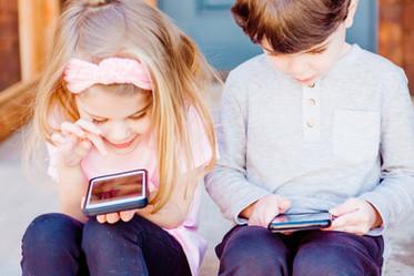 孩子總是黏螢幕,該怎麼辦?十個原則協助父母正向教養-思比語言治療所