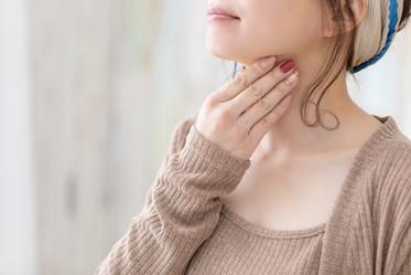 喉嚨卡卡的、吞嚥異物感?我該看哪一科?若是長輩吞嚥障礙,可做「30秒3次」檢測
