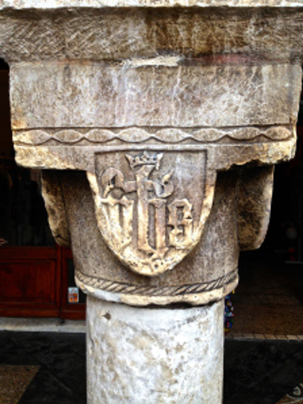 Fronte della colonna di Piazza Mazzini (Chiavari)