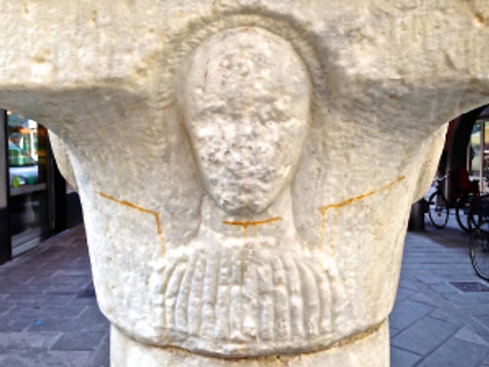 Il busto del filosofo (sulla colonna centrale)